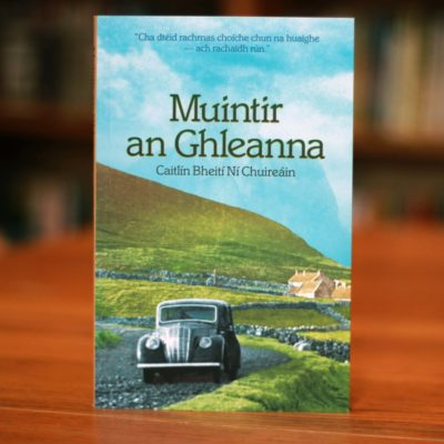 Cover of Irish language novel 'Muintir an Ghleanna' depicting a rural Donegal road with a vintage car